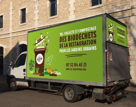 Camion de collecte les Détritivores devant le Darwin éco-système