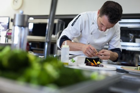 Le chef Yoann Alias en cuisine